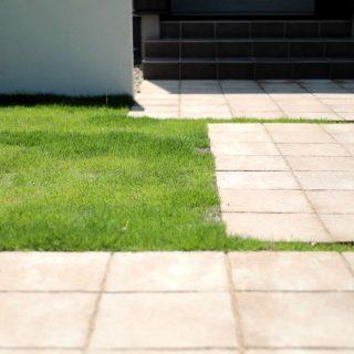 淡い色のナチュラルなタイルが芝生の色に良く合っています。