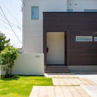 玄関まわり全体。モダンなお住まいにもぴったりなシンプルで温かみのあるお庭です。