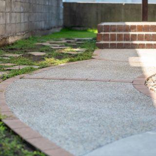 アプローチまわりにグランドカバーを植えたり自然石を敷くことで、お庭全体の雰囲気がやさしくなります。
