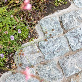 門袖前は不揃いで味わいのある天然石を敷き、北欧の街並みを彷彿させます。