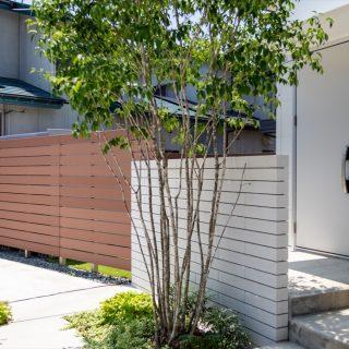 フェンスと門袖は重ねるように配置させ、玄関からお庭まで外からの視線を気にせず過ごせるようにしています。