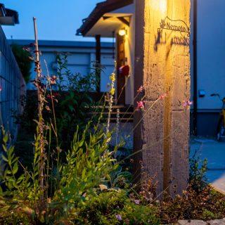 植物やアプローチを照らしてくれる門袖を設置することで、お住まいの雰囲気を演出するシンボルにもなっています。