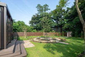 ご自宅の奥は、自然いっぱいのお庭が広がります。
