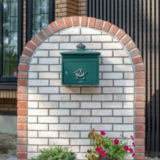 アクセントの緑色のポストがレンガ造りの門袖デザインによく合っています。