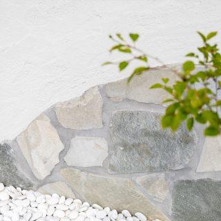 モノトーンでありながらも優しい印象の自然石。一つ一つ色や形が異なり味わいがあります。