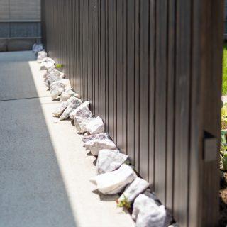 ごろごろとした白い石はお客様が並べてくださりました。お庭の良いアクセントになっています。