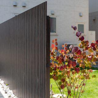 ダークブラウンの板塀がシックな色調のお住まいによく合っています。