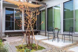 お住まいに隣接したテラスとフレームポーチで寛ぎの場を確保。