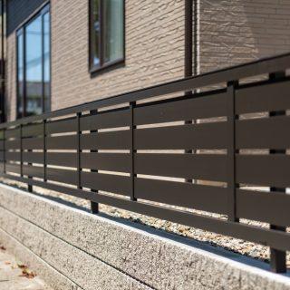道路側境界にはフェンスを取り付け、圧迫感なく視線を遮ります。
