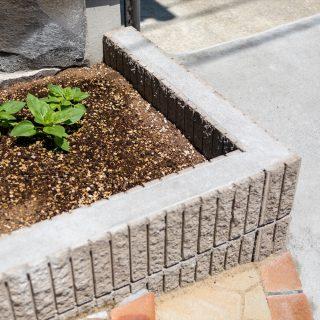 玄関横にはちょっとした花壇をつくり、草花の緑をお楽しみいただけれます。
