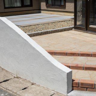 レンガを使った階段アプローチ。奥側にはテラスがあります。