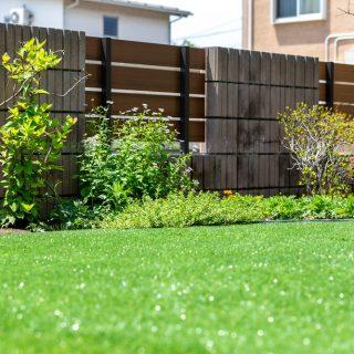 既存のフェンスに緑がよく映えます。