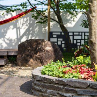 ハンモックの紐をひっかける支柱があり、ハンモックのあるお庭を楽しめます。ハンモックメーカー、チケットトゥザムーンのビビット色のハンモックが白壁に良く映えてます。