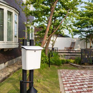 お庭のデザインに合わせた白黒モノトーン調のポスト&スタンド、ガーデンライト。