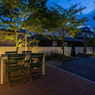 ウッドデッキが明るく照らされ、暗い夜でもBBQや外でのお食事が楽しめます。