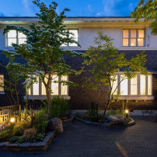 ガーデンライトでピンポイントに灯りを加えるだけで、夜のお庭を癒しの空間に演出できます。