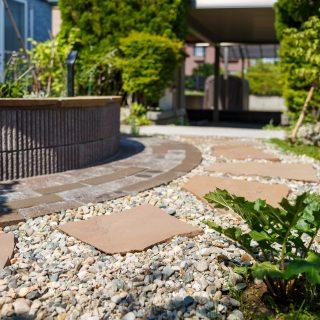 落ち着いた色のレンガと、控えめだけれど豊かな色の天然石を豊富に使い、園路をつくりました。