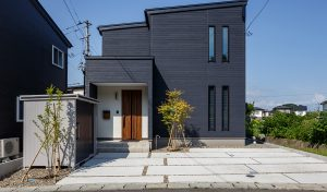 住宅外観。黒を基調としたシンプルなお家