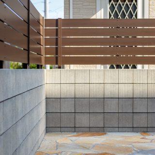 ブロック塀とフェンスで隣地との境界を仕切り、より過ごしやすい空間に。