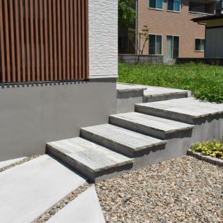 建物に合わせたナチュラルな階段。
