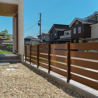 フェンスはプライベートな空間を作りつつ、開放感のある絶妙な高さです。